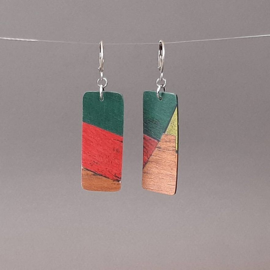 Boucles d'oreilles en bois teintés rouge vert et en acajou