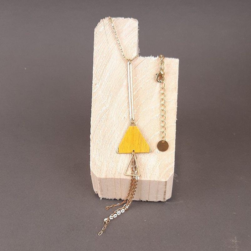 Collier triangle charme jaune et chaînettes en laiton