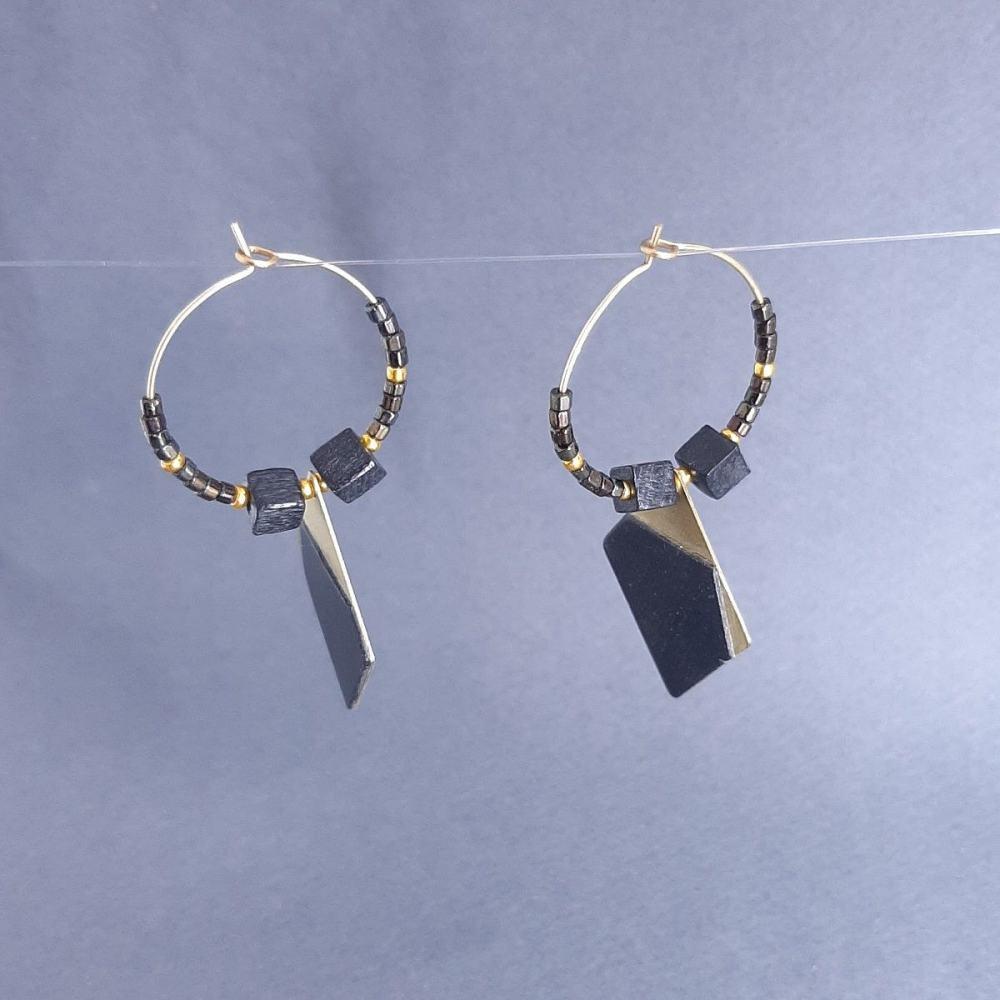Boucles d'oreilles en laiton doré et tulipier teinté noir avec des perles en bois | collection 2021