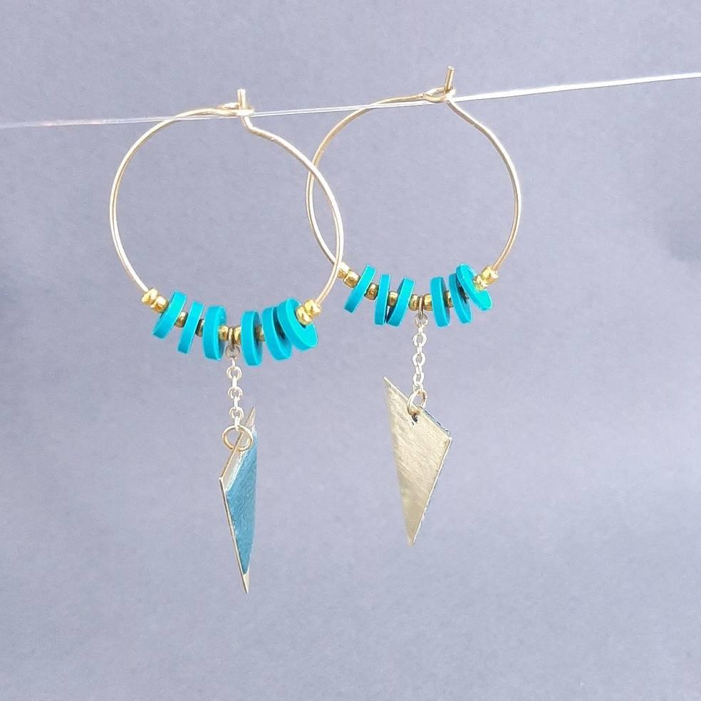 Boucles d'oreilles triangle en laiton doré et sycomore bleu avec perles heishi | collection 2021