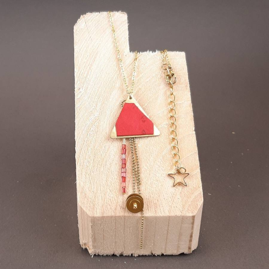 Collier triangle et perles rouges