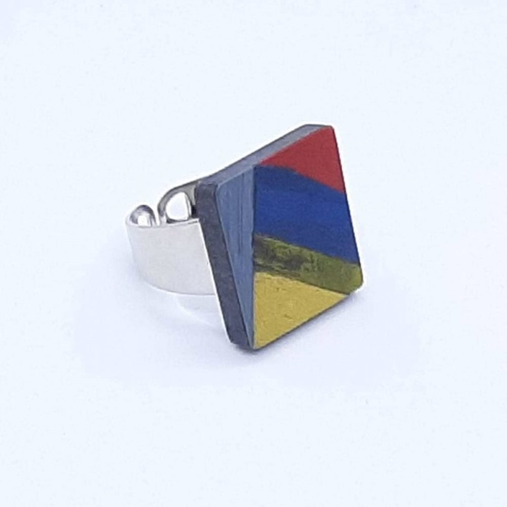 Bague en bois carré fait main bleu, jaune, rouge