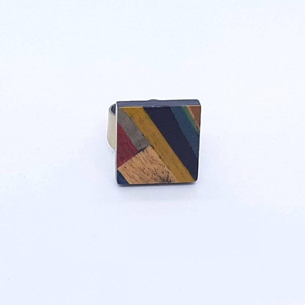 bague-bois-carré-multicolore-formes-géométriques-fait-main