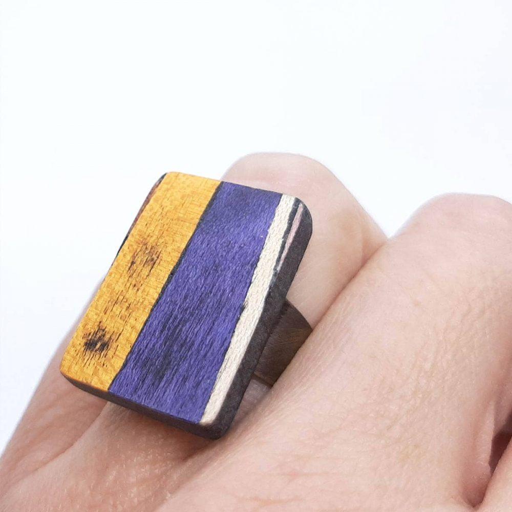 bague-bois-fait-main-rectangle-orange-violet-main