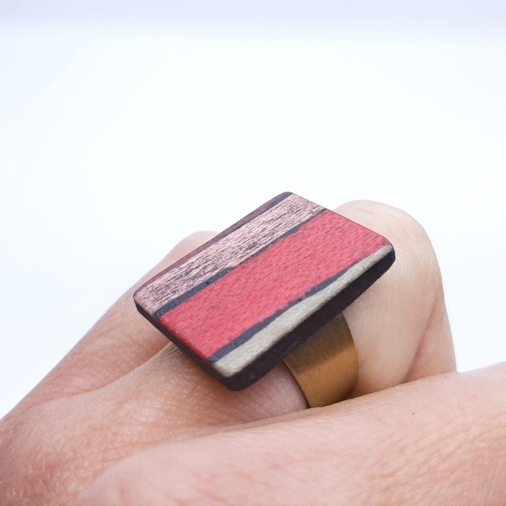 Bague en bois rectangle rouge et cuivre